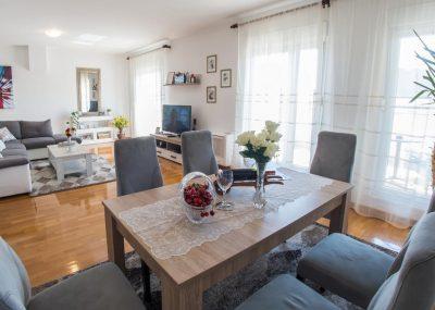 Mostar Apartman Orca - Konforman stan sa blakonom u blizini Mepasa bračnim krevetom Mall - Dnevni boravak sa obiteljskim stolom 2